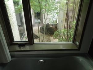 浴室から見た坪庭