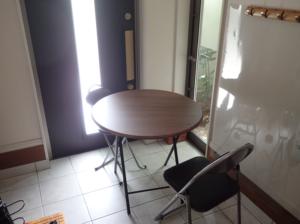 1.75坪で設計した玄関ホールに円卓と椅子を置いた様子