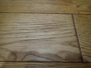 無垢の床材に付いた深い傷を補修した後の様子