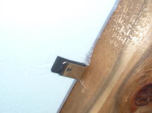 床下から断熱材の隙間をコーキングした例