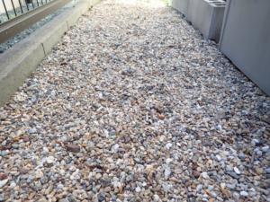 敷地に1センチ未満の小粒な砂利を敷いた様子