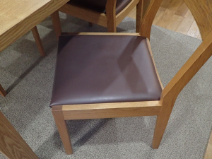 座面がビニールレザー(PVC)貼りのダイニングチェア