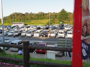 クルマでいっぱいの観光地の駐車場
