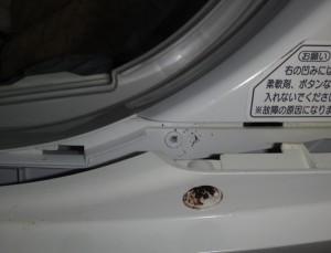 ナショナル洗濯機の操作パネルを外している様子