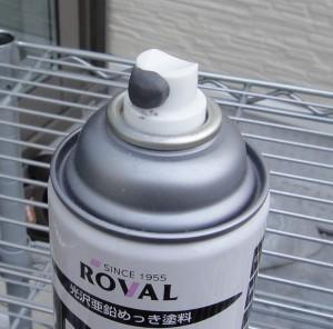 余ったスプレー缶のノズルを不乾性パテで密封した様子