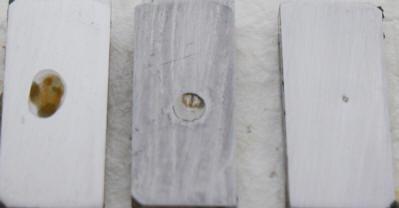 磨いた鉄の試験片にオイルを塗り、0.5%の食塩水を滴下した結果
