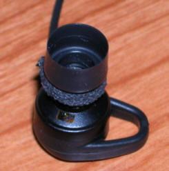 カナル型イヤホンの内圧調整穴にテープを貼って新しい穴を開けたところ