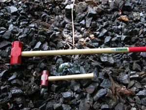 マンガン石を割るために用意したハンマー