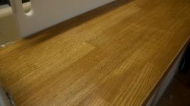 との粉で目止めして自然塗料で仕上た木製のキッチンカウンター