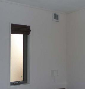 寝室に設置された湿度センサー付きパイプファン