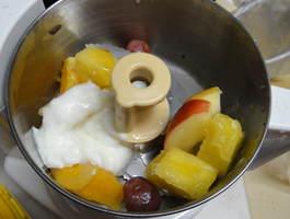 あじのさと(Y-2400W)に凍らせたフルーツを入れたところ