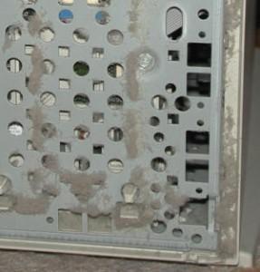 埃だらけになったPCケースのフロントパネル内側