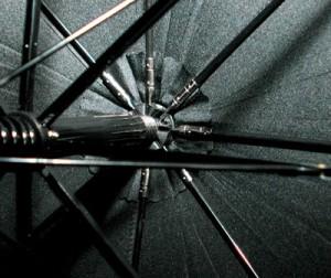 ろくろの締結部が金属で補強された傘