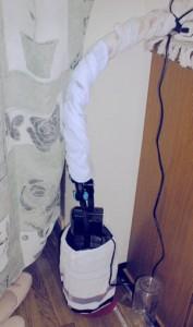 外部濾過装置にタオルを巻いて保温した様子
