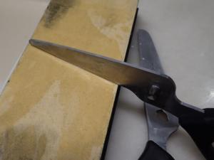 キッチンはさみ(貝印)をセラミック砥石で研いでいる様子