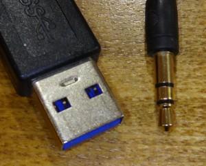 USB端子とイヤホンのミニプラグ