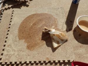コルクのジョイントマットにとの粉を塗り、自然塗料を塗っている様子