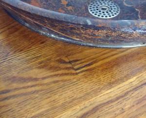 との粉と自然塗料で仕上げた木材の表面