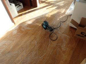 ナラの床板をとの粉で処理している様子