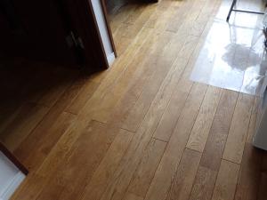 との粉と自然塗料で仕上げたナラの床板