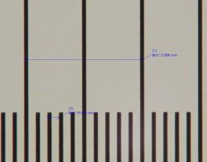 対物ミクロメータを使って寸法データを取得している様子