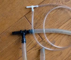 T分岐に2本のホースを接続した自作のサイフォン