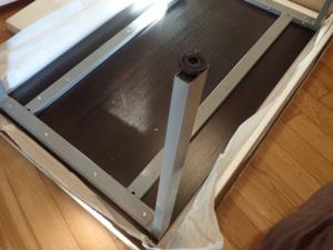 天板のフレームが奥に配置されたミーティングテーブルの例