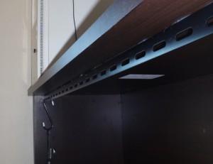 MDFの天板裏に鉄のLアングルを追加した様子