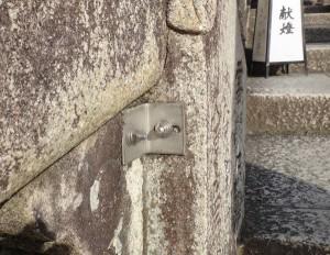 清水寺の石階段に設置されたステンレスの補強アングル