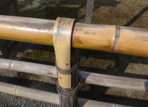 天然の竹で出来た金閣寺の庭園の手すり