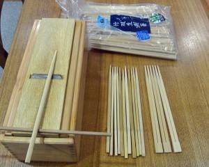 鰹節削りを使って箸を作っている様子