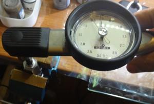 テーパープラグの締め付けと緩めトルクを測っている様子