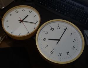 類似デザインのレムノスとリズム時計の商品を並べてみたところ