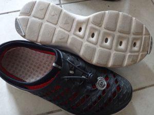 シューズプロテクターを取り付けた靴の例2