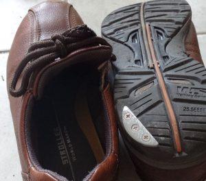 シューズプロテクターを取り付けた靴の例1