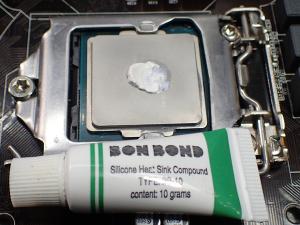 BON BONDをCPUに塗布した様子(中央1点)