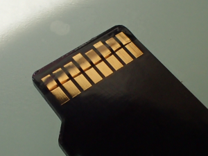 SDカードの端子にRational003を塗布した様子