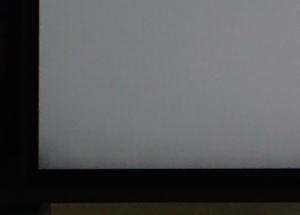 フレームレスのディスプレイの隅が暗くなっている様子