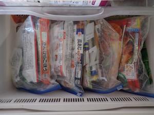冷凍庫に冷凍食材入りのジップロックを立てて入れた様子