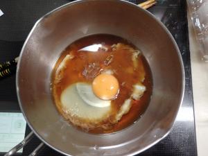 片手鍋に割下と卵を入れたところ