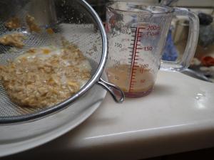 ザルを使って割下と固まった卵を分離した結果