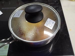 鍋に蓋をして卵を固めている様子