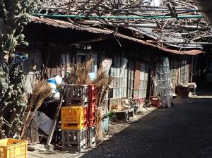 豊川稲荷の裏方にある古い木造建築物
