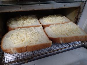 4枚の食パンを並べてトースターに入れるところ