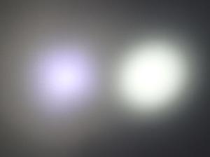 発光色の違う懐中電灯の色を見比べた様子