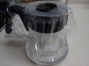 コーヒーサーバーを使って9%食塩水を作っている様子