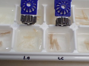 クリアケアの中和ディスクを併用した場合の酸化力を調べている様子