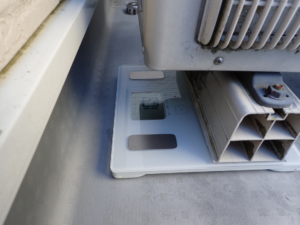 エアコン室外機の重さを測っている様子