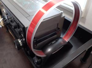 TECSUN AN-200をラジオの隣に置いた様子