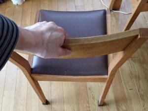 椅子の背もたれを支えにする方法